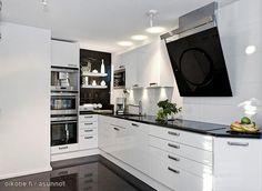 Glossy black&white kitchen