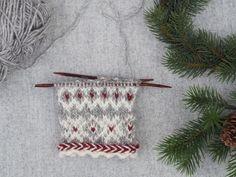 Christmas Eve: Part 1 Knitted Mittens Pattern, Knit Mittens, Knitting Socks, Mitten Gloves, Hand Knitting, Knitting Patterns, Fair Isle Pattern, Fingerless Mittens, Drops Design