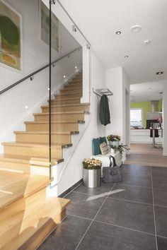 Kombination aus moderner Holztreppe mit Glaswand und Fliesen Villeroy & Boch Upper Side anthrazit 60x60 cm. http://www.fliesenrabatte.de/villeroy-boch-upper-side-bodenfliese-60x60-anthrazit-2116-ci90-0.html?navId=120155