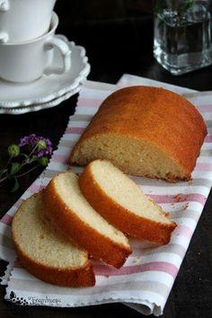 Bizcocho con queso crema y un toque de vainilla. ¿Te imaginas lo bueno que tiene… Cake Mix Recipes, Dessert Recipes, Desserts, Mexican Food Recipes, Sweet Recipes, Cake Cookies, Cupcake Cakes, Cupcakes, Puerto Rico Food