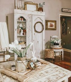 Do you ever borrow a piece of home decor from one area to finish the look for another area which then leads to redecorating the entire… Country Farmhouse Decor, Rustic Decor, Farmhouse Style, Farmhouse Kitchens, Farmhouse Ideas, Unique Home Decor, Cheap Home Decor, Muebles Shabby Chic, Beautiful Dining Rooms