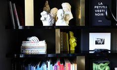The Socialite Family   Quand les livres parlent. #family #famille #couple #homedecor #interior #deco #art #home #salon #livingroom #inspiration #bibliothèque #bookshelf #colors #sculpture #idea #thesocialitefamily