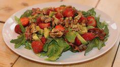 Ein herzhafter Erdbeer Salat mit krossem Speck, leckeren Walnüssen und gesunder…