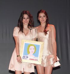 Blanca Suarez recieves the new face award from Ana de Armas during the 'Petalo Awards' by Cosmopolitan TV on its Anniversary on June 2010 in Madrid, Spain. Get premium, high resolution news photos at Getty Images Most Beautiful Women, Absolutely Gorgeous, Face Awards, Salma Hayek, New Face, Hollywood Celebrities, Famous Women, Tv, Look