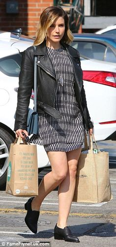 Sophia Bush puts slender legs on display as she stocks up on groceries #dailymail