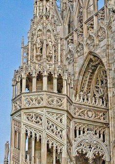 Un magnifico dettaglio della facciata del Duomo di Milano.