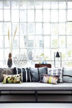 Rohkeita kuvioita ja erilaisia värejä olohuoneessa. #etuovisisustus #tekstiilit #room21