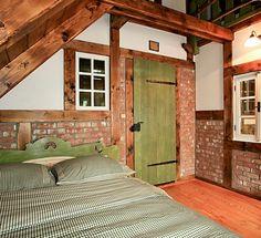 Do růžova se vyspíte v pohodlné posteli ve stylové chalupě na horách. Pohodlí, které si na dovolené opravdu užijete. Bed, Furniture, Home Decor, Decoration Home, Stream Bed, Room Decor, Home Furnishings, Beds, Home Interior Design