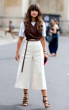 Street style look com camiseta branca, top marrom, calça culotte e sandália.