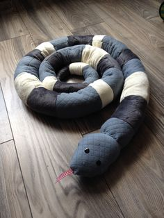 Serpent tour de lit pour une amie pour son petit boy