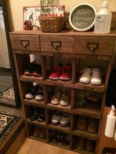 増えてきた息子の靴を収納するため、 下駄箱風の靴箱をDIYしました( ˊᵕˋ* ) 賃貸の狭い玄関でもすっきり♡ 息子もどこに片付けるのか、どの靴がどこにあるのか分かりやすくなったみたいです(*´꒳`*)