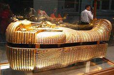 OBJETOS-of-TREASURE-OF-THE-MUSEU-TUTANKHAMON-egípcio O rei Tutancâmon é um dos governantes da dinastia XVIII, que ascendeu ao trono quando tinha 10 anos e morreu quando ela tinha 18 anos de idade. De fato, o jovem rei foi sepultado em uma pequena tumba temporária na proporção das outras grandes túmulos dos reis egípcios da época.