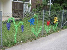 Stängselvävning i kubik och kvadrat – 365 saker du kan göra – Malmö Toddler Art Projects, Projects For Kids, Crafts For Kids, Fence Weaving, Weaving Art, Outdoor Play Areas, Outdoor Art, Toddler Play Area, Preschool Playground