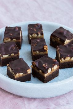 Chocolate intensive brownie, soft caramel, crispy salted peanuts and a ganache so . Snicker Brownies, Snickers Cake, Mini Desserts, No Bake Desserts, Delicious Desserts, Sweet Recipes, Cake Recipes, Dessert Recipes, Danish Dessert