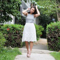 Vivi escolheu a saia de renda branca e combinou com regatinha mescla, look perfeito para um dia de passeio.