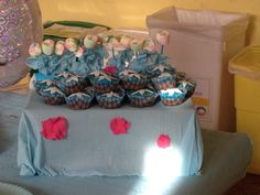 Muffin con glassa azzurra e fiocco di neve  in pasta di zucchero, caramelle morbide si stecco porta fiocco di neve azzurro in carta crespa...