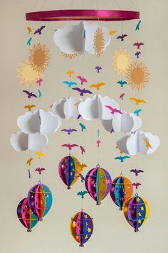 mobile bébé original composé de soleils, nuages, oiseaux et ballons à air chaud en papier plié multicolore