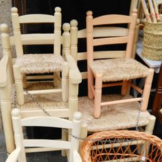 Typical weaven items and furniture made in Valencia. #valenciaspain #chairs #traditionachairs