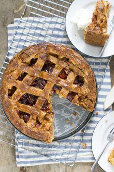 Recept voor een lekkere appeltaart met abrikozen. Door de stukjes abrikoos en abrikozenjam is de appeltaart extra smeuïg.