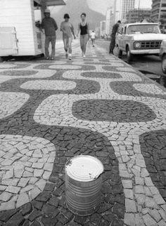 """Calçadão. Maconha em lata na Praia do Leblon durante o """"verão da lata"""", quando milhares de recipientes com a droga foram jogados ao mar no litoral do Rio"""