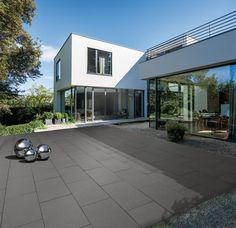Arcadia-Platten richten das Wohnzimmer im Grünen perfekt ein. Gestrahlte Oberflächen machen die schönen Naturstein-Edelsplitte sichtbar. Dezent, ruhig und natürlich. In eleganten Farben und lebendigen Formaten.
