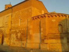 Alumbrando la iglesia de San Juan de Jerusalén de Cabanillas. Estos colores recuerdan a las Bardenas Reales de Navarra.