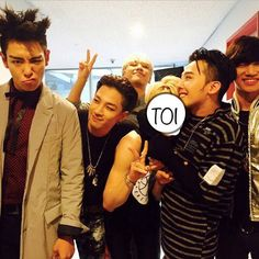 Big Bang and Hyunseung snapped a reunited photo together!Hyunseung posed with Big Bang members behind the stage at 'Inkigayo' and po… Daesung, Vip Bigbang, Bigbang Members, Gd Et Top, Yg Entertainment, K Pop, Hyuna And Hyunseung, One Yg, Jung Jin Woo