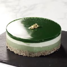 😍 Tag all the #MatchaLovers you know to send them some matcha love with this Multi-Layered #Matcha #Cheesecake (抹茶レアチーズケーキ) by @cchannel_food 🍵🍰 Happy Sunday Everyone! #SundayVibes . INGREDIENTS: (base) 100g cookies 50g salt-free melted butter . (matcha cheesecake section) 100g cookies 50g sugar 100ml heavy cream 10g matcha powder 5g gelatin . (main cheesecake section) 200g cream cheese 40g sugar 100ml fresh cream 1tsp lemon juice 5g gelatin . (matcha topping) 10g matcha powder 30g…