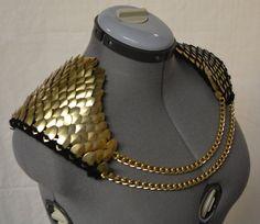 Balance courrier épaulettes avec chaînes en tricot Dragonhide armure or