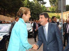 Elena recibe el saludo del presidente de la Comunidad de Madrid,
