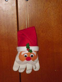Santa Claus ornament for the Christmas tree made with a glove. Papa Noel realizado con un guante.