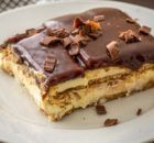 Boston Cream Icebox Cake aka Chocolate Eclair Cake: when you don't feel like baking but need a delicious dessert. Needs 4 hrs to chill Cookie Desserts, No Bake Desserts, Easy Desserts, Delicious Desserts, Sweet Recipes, Cake Recipes, Dessert Recipes, Dessert Bars, Rolo Cheesecake