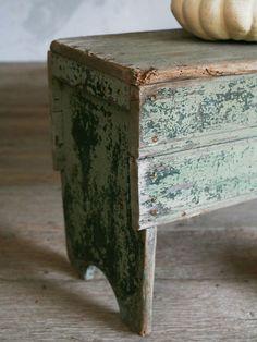 I love little benches.   .....  plukbakje met opstapjes  http://www.pinterest.com/pin/238409373996946160/