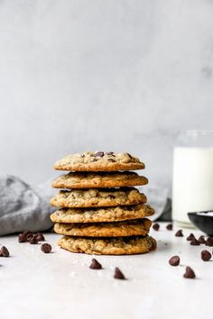 THE famous DoubleTree Cookies! The chocolate chip cookies are huge, loaded with chocolate chips and there a even a couple secret ingredients! Baking Recipes, Cookie Recipes, Cat Recipes, Chicken Recipes, Recipies, Doubletree Cookies, Fun Desserts, Dessert Recipes, Big Cookie