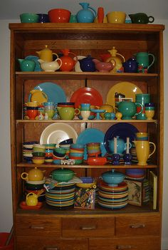 Vintage Fiestaware - too bad you can't eat off of it. I need to visit the Fiestaware outlet soon! Vintage Love, Retro Vintage, Vintage Items, Vintage Modern, Vintage Dishes, Vintage Kitchen, Fiesta Kitchen, Homer Laughlin, Displaying Collections