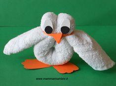 A noi, le composizioni con gli asciugamani, ci sono piaciute molto come idea. Dopo avervi presentato tre modi di realizzare un coniglio, oggi passiamo a comporre un pulcino. Noi lo abbiamo realizzato con un asciugamano quadrato bianco; ancora meglio se avete un asciugamano di colore