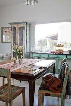 decortherapia: Das Haus von Juliana Lopez Mai Shabby Chic Homes, Shabby Chic Decor, Distressed Decor, Casas Shabby Chic, Dining Room, Dining Table, Interior Decorating, Vanity, Patio
