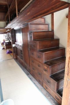 "Japanese stairs - ""Kominka"" means it as ""the old house of people other than the old samurai class."" Stairs and a chest are united. Interior Flat, Asian Interior, Japanese Interior, Japanese Design, Japanese Style House, Traditional Japanese House, Design Your Home, House Design, Japanese Furniture"