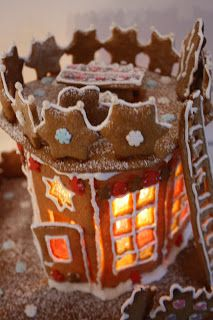 Decorating gingerbread, gingerbread house.