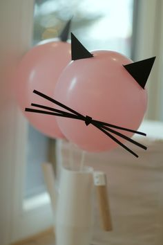 Dr Seuss Cat in the Hat Party Ideas birthday party seuss decorations DIY Dr Seuss Cat in the Hat Party Ideas birthday party seuss decorations DIY Catspiration: ideas for the cat party - mom so Cat Birthday, 2nd Birthday Parties, Birthday Party Decorations, Cat Themed Parties, Kitty Party Themes, Fete Emma, Cat Party, Animal Party, Coffee Tables