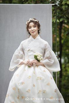 Korean Traditional Dress, Traditional Fashion, Traditional Dresses, Fluffy Wedding Dress, Wedding Kimono, Kimono Fashion, Fashion Dresses, Hanbok Wedding, Modern Hanbok