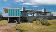 Diese Sommervilla in Punta del Este trägt die Farbe Türkis und wirkt wie ein grosses lichtdurchflutetes Badehäuschen.