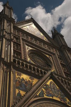 ✭ A view upward at the Duomo Di Orvieto in Orvieto, Umbria, Italy