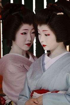 oiran-geisha: The geiko Toshimana (sweet blue) and the geiko Toshikana. They are both ultra famous girls of Miyagawacho and since their maiko stage!!! (Source)
