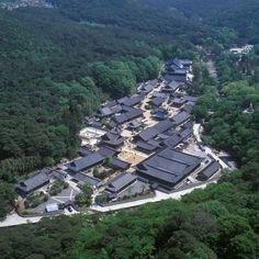 양산 통도사를 포함한 '한국의 전통산사'가 지난 17일 유네스코 세계유산 잠정목록(Tentative List)으로 등재되었다. '한국의 전통산사'는 전국의 사찰 중에서 우리나라 사찰입지의 특징인 산지가람을 대표하는 7개의 전통사찰(양산 통도사, 보은 법주사, 공주 마곡... Chinese Buildings, Modern Buildings, Japanese Architecture, Architecture Old, Korean Traditional, Traditional House, Cities In Korea, Chinese Courtyard, South Korea Travel