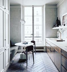 Kickass Alternatives to Traditional Upper Kitchen Cabinets;That herringbone floor is ta die! Interior Exterior, Home Interior, Interior Design Kitchen, Interior Architecture, Modern Interior, Midcentury Modern, Scandinavian Interior, French Kitchen Interior, Scandinavian Style