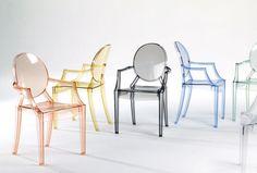 Ghost – Philippe Stark  Es la reinvención de la silla Luis XV. Un diseño vanguardista de creado por el popular Philippe Starck. Lo fabuloso de esta silla es que se produce a partir de un molde con policarbonato transparente. Son las piezas favoritas para decorar bodas y eventos o darle un toque moderno a tu comedor.