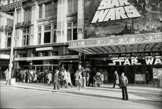 People queue to see Star Wars in London 40 years ago . Browse new photos about People queue to see Star Wars in London 40 years ago . Most Awesome Funny Photos Everyday! Peter Mayhew, Mark Hamill, Harrison Ford, Obi Wan, Ver Star Wars, Film Star Wars, Images Star Wars, Star Wars Pictures, X Wing