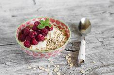 Yogur natural desnatado con frutos rojos y copos de trigo Desserts Crus, Raw Desserts, Deli, Bon Appetit, Acai Bowl, Oatmeal, Food And Drink, Healthy Recipes, Breakfast