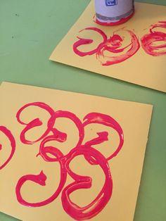 Een kaartje met hartjes. Wc-rol in hartjesvorm maken en 'stempelen' op papier.